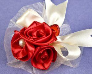 бутоньерка из цветов для свадьбы фото