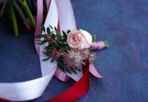 бутоньерка из цветов для свадьбы оригинально