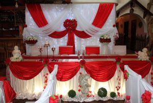 Декор свадьбы в алом цвете недорого