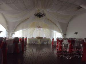 Декор на свадьбу в алом цвете красиво
