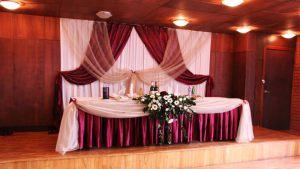 Украшение свадьбы в бордовом цвете оригинально