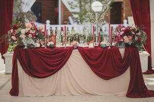 Декор на свадьбу в цвете марсала оригинально