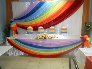 Украшение свадьбы в цвете радуги красиво
