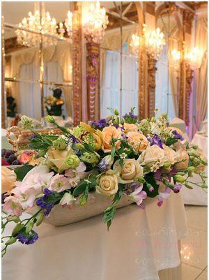 Украшение на свадьбу композицией цветов на столы недорого