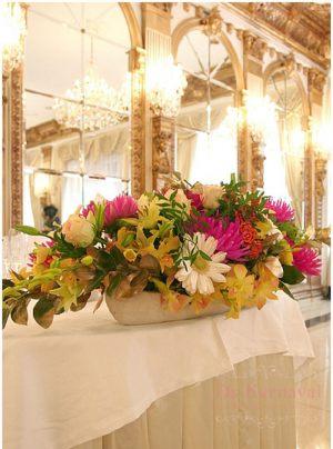 Декор на свадьбу композицией цветов на столы дешево
