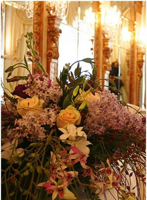 Украшение свадьбы композицией цветов на столы оригинально