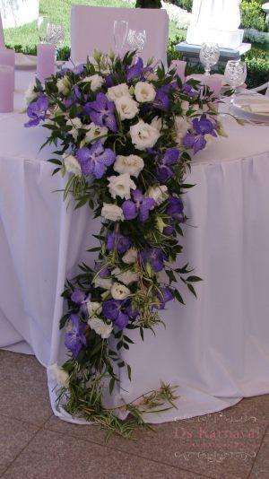 Декор на свадьбу композицией цветов на столы оригинально