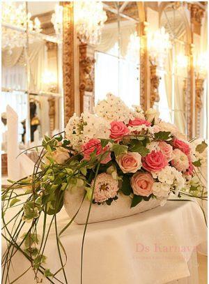 Декор свадеб композицией цветов в вазах дешево