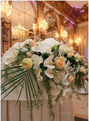Оформление свадьбы композицией цветов в вазах дешево