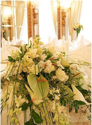 Декор свадьбы композицией цветов в вазах оригинально