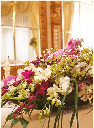 Оформление на свадьбу композицией цветов в вазах оригинально