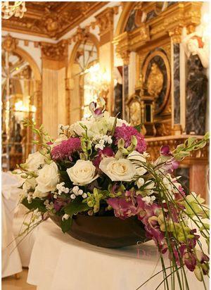 Декор на свадьбу композицией цветов в вазах недорого цены