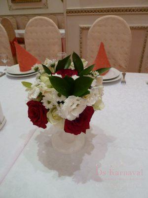 Оформление на свадьбу композицией цветов в бокалах в Москве