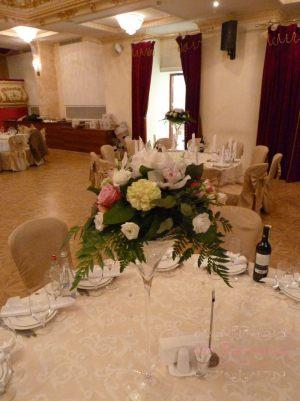 Декор на свадьбу композицией цветов в бокалах фото