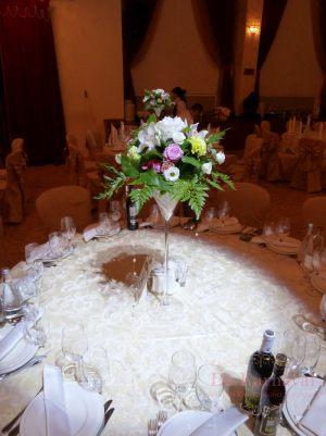 Декор свадьбы композицией цветов в бокалах дешево