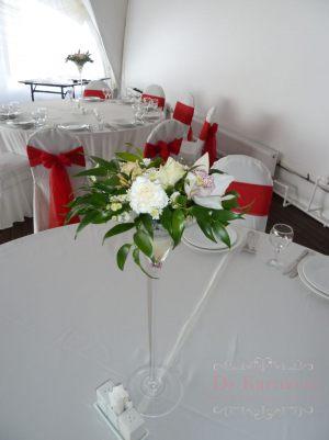 Декор свадьбы композицией цветов в бокалах фото