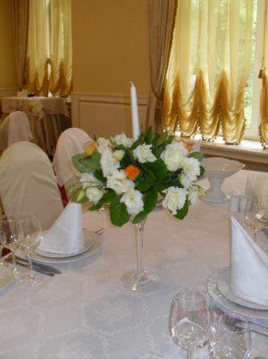 Украшение свадеб композицией цветов в бокалах недорого