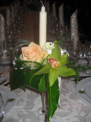 Украшение свадеб композицией цветов в бокалах фото