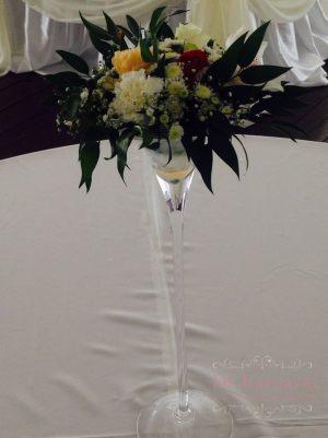 Декор свадьбы композицией цветов в бокалах в Москве