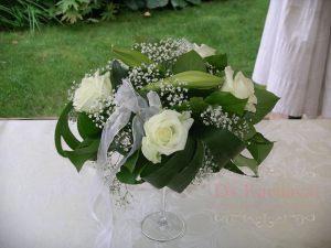 Декор на свадьбу композицией цветов в бокалах красиво