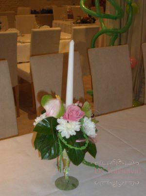 Оформление свадьбы композицией цветов в бокалах оригинально