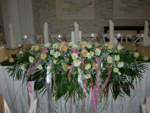 Декор свадьбы комбинированной композицией из цветов фото
