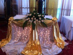 Украшение свадеб комбинированной композицией из цветов дешево