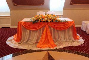 Оформление на свадьбу комбинированной композицией из цветов фото