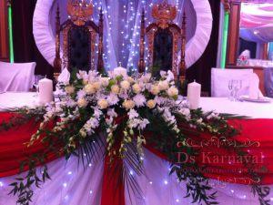 Оформление свадьбы комбинированной композицией из цветов в Москве