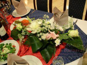 Оформление на свадьбу комбинированной композицией из цветов недорого в Москве