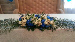 Декор свадьбы комбинированной композицией из цветов в Москве