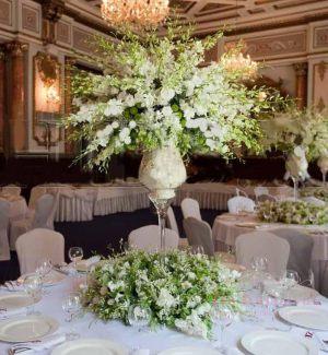 Декор свадеб комбинированной композицией из цветов в Москве