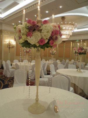 Украшение на свадьбу комбинированной композицией из цветов красиво