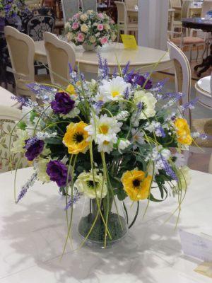 Украшение на свадьбу композицией из искусственных цветов в Москве