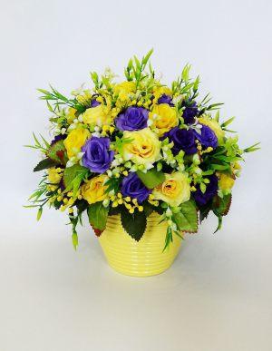 Декор свадьбы композицией из искусственных цветов оригинально