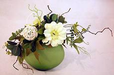Оформление свадьбы композицией из искусственных цветов оригинально