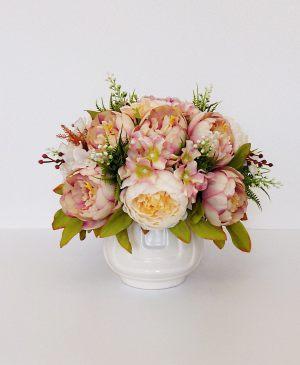 Декор свадеб композицией из искусственных цветов оригинально