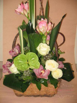 Декор свадеб композицией цветов в корзинах оригинально