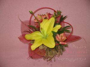 Декор на свадьбу композицией цветов в корзинах недорого
