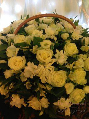 Декор свадеб композицией цветов в корзинах дешево