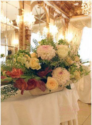Украшение на свадьбу композицией цветов в корзинах цены