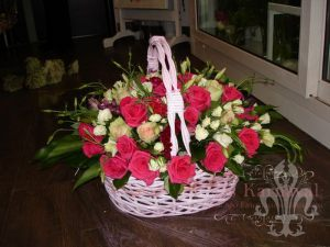 Декор свадеб композицией цветов в корзинах фото и цены