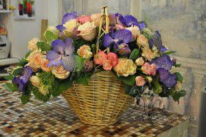 Украшение на свадьбу композицией цветов в корзинах недорого цены