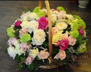 Декор на свадьбу композицией цветов в корзинах оригинально