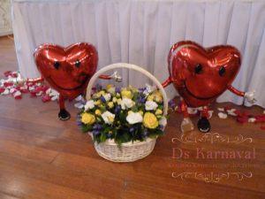 Декор свадьбы композицией цветов в корзинах фото