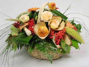 Декор на свадьбу композицией цветов в корзинах красиво