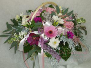 Декор свадьбы композицией цветов в корзинах в Москве