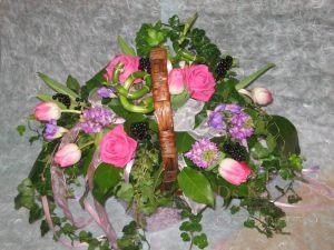 Оформление свадеб композицией цветов в корзинах дешево