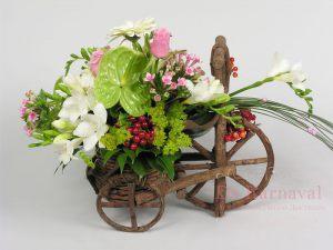 Декор на свадьбу композицией цветов в корзинах фото