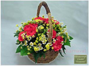 Оформление свадьбы композицией цветов в корзинах оригинально